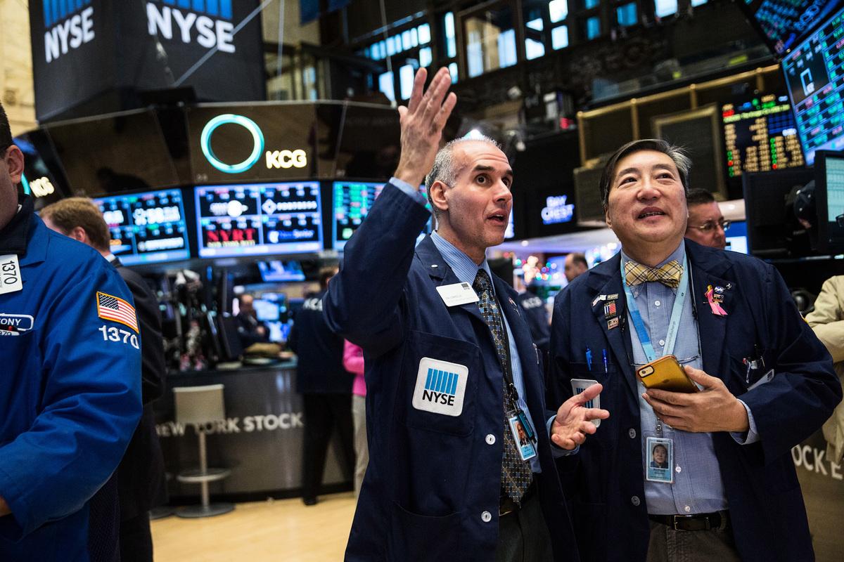 美國證交會(SEC)不斷放出對中概股加強監管的信號,中共方面在與華爾街巨頭們召開秘密圓桌會議後,批准了第三家華爾街投行在中國金融市場的外資獨資公募基金。圖為紐約證交所。(Andrew Burton/Getty Images)