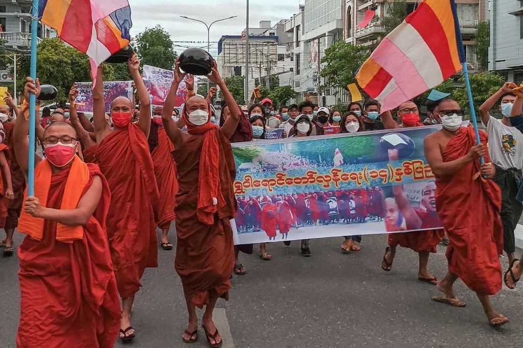 9月25日,緬甸數十名佛教僧侶走上曼德勒的街頭舉行示威遊行抗議軍政府。這次遊行適值由緬甸佛教僧侶發起的大規模抗議活動「番紅花革命」14周年。圖為參加抗議遊行的僧侶們。(STR/AFP via Getty Images)