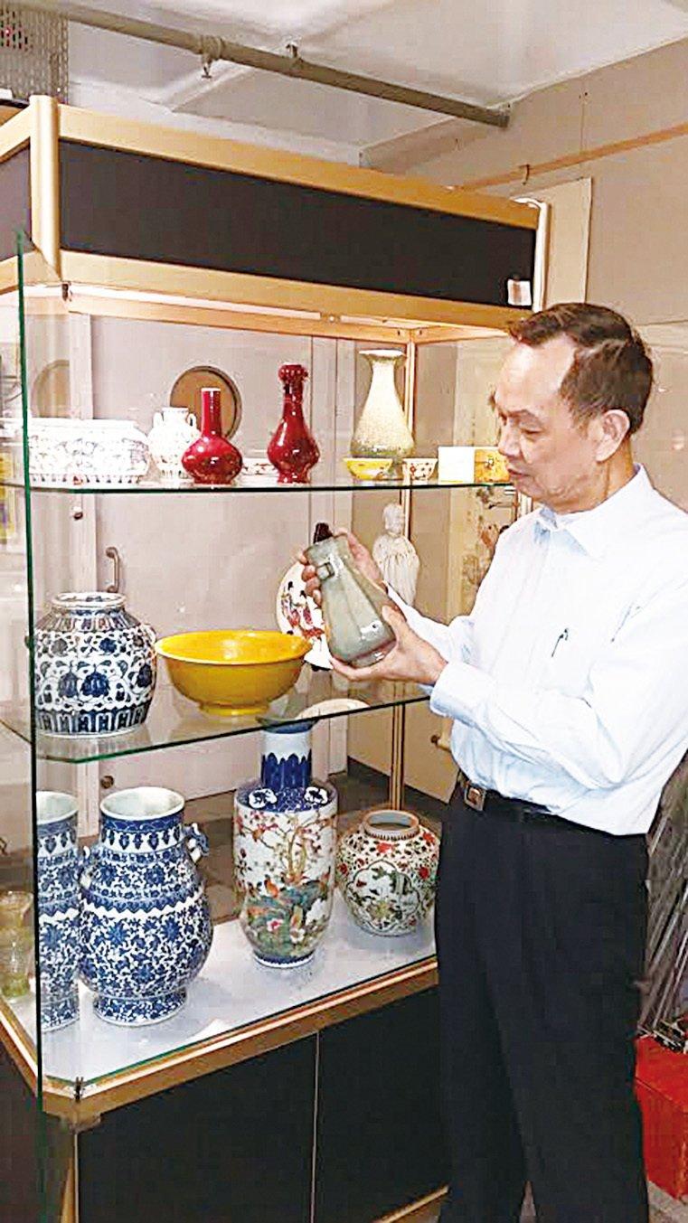 香港文物師學會講師及資深鑑定師陳剛。