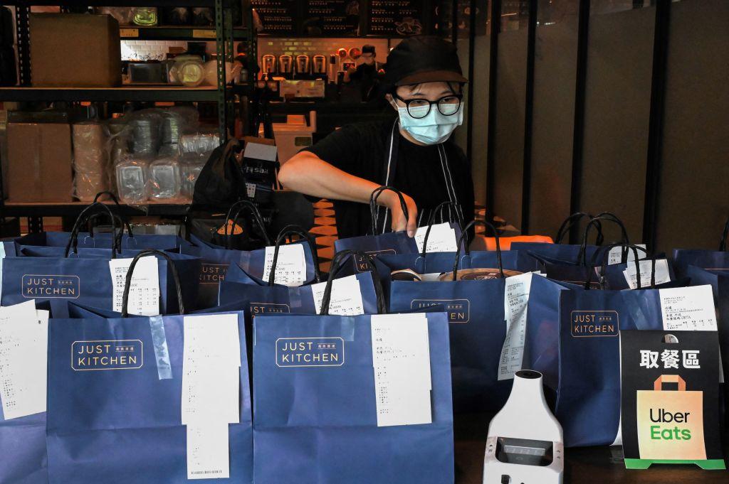 台灣今(9月27日)公布9月消費者信心指數為74.39點,月比跌1.04點。(SAM YEH/AFP via Getty Images)