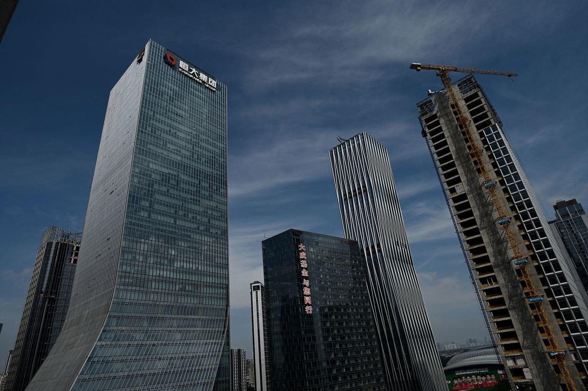 恒大集團近日傳出一系列消息:恒大汽車部份停工,建議不再上交所發行人民幣股份;恒大集團大股東擬清空股份;同時多地政府對恒大的房地產項目實行資金託管。圖為恒大集團位於中國深圳的總部大樓。(NOEL CELIS/AFP via Getty Images)