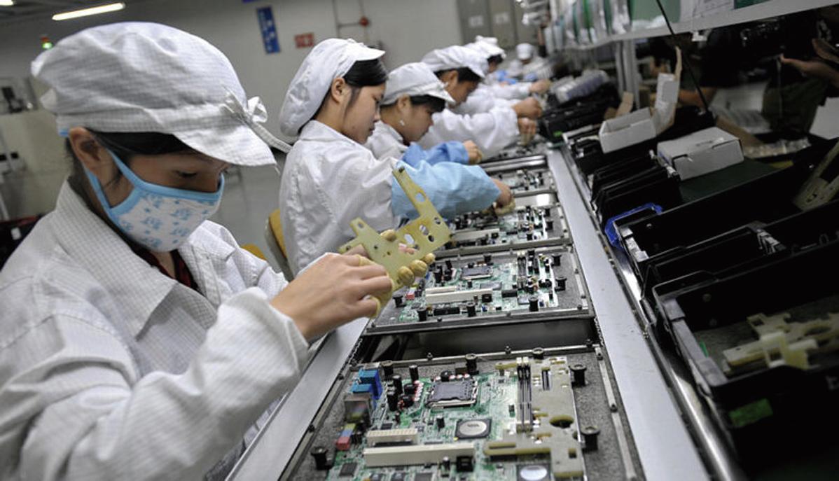 2010年5月26日,工人在富士康位於深圳的工廠裏組裝電子元件。(AFP/AFP via Getty Images)