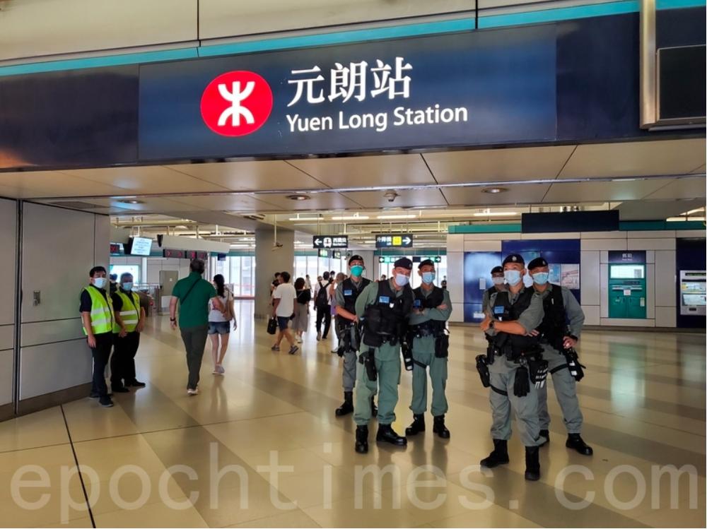 香港元朗「7.21 恐襲事件」一周年,有大量防暴警察出現在元朗站。(宋碧龍/大紀元)
