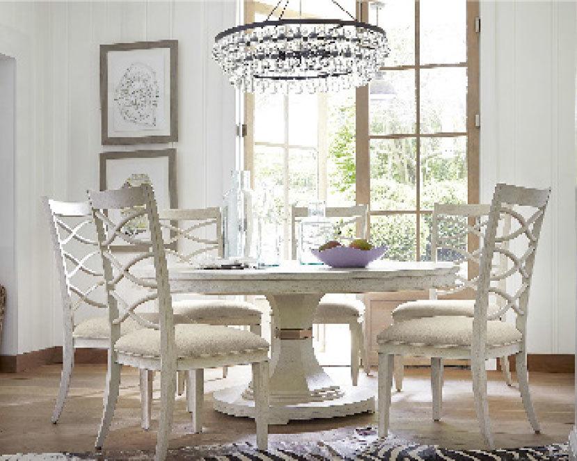 代表白色沙灘的California系列餐檯和座椅。(MJM Furniture)