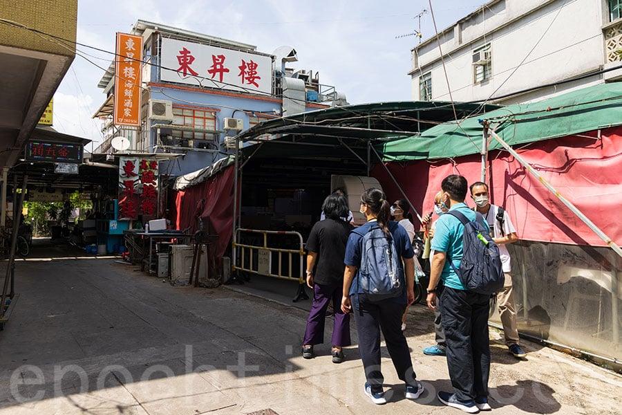 從逸東邨通道進入馬灣涌村,首先會經過村內有名的東昇樓酒家。(陳仲明/大紀元)