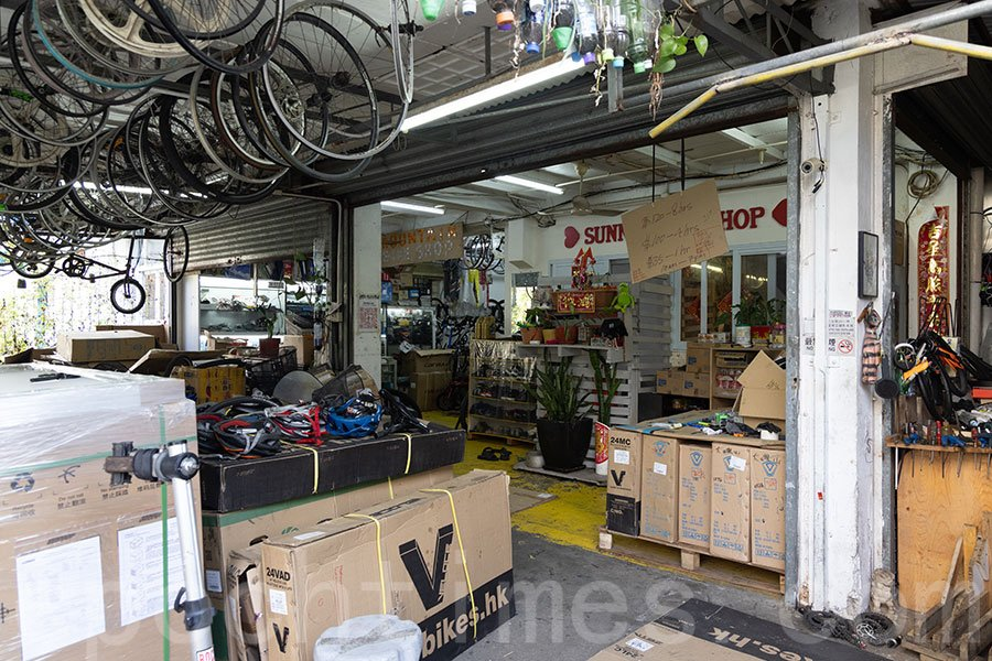 馬灣涌村內的單車舖,店主享受在寧靜的小漁村內做自己喜歡的事情。(陳仲明/大紀元)