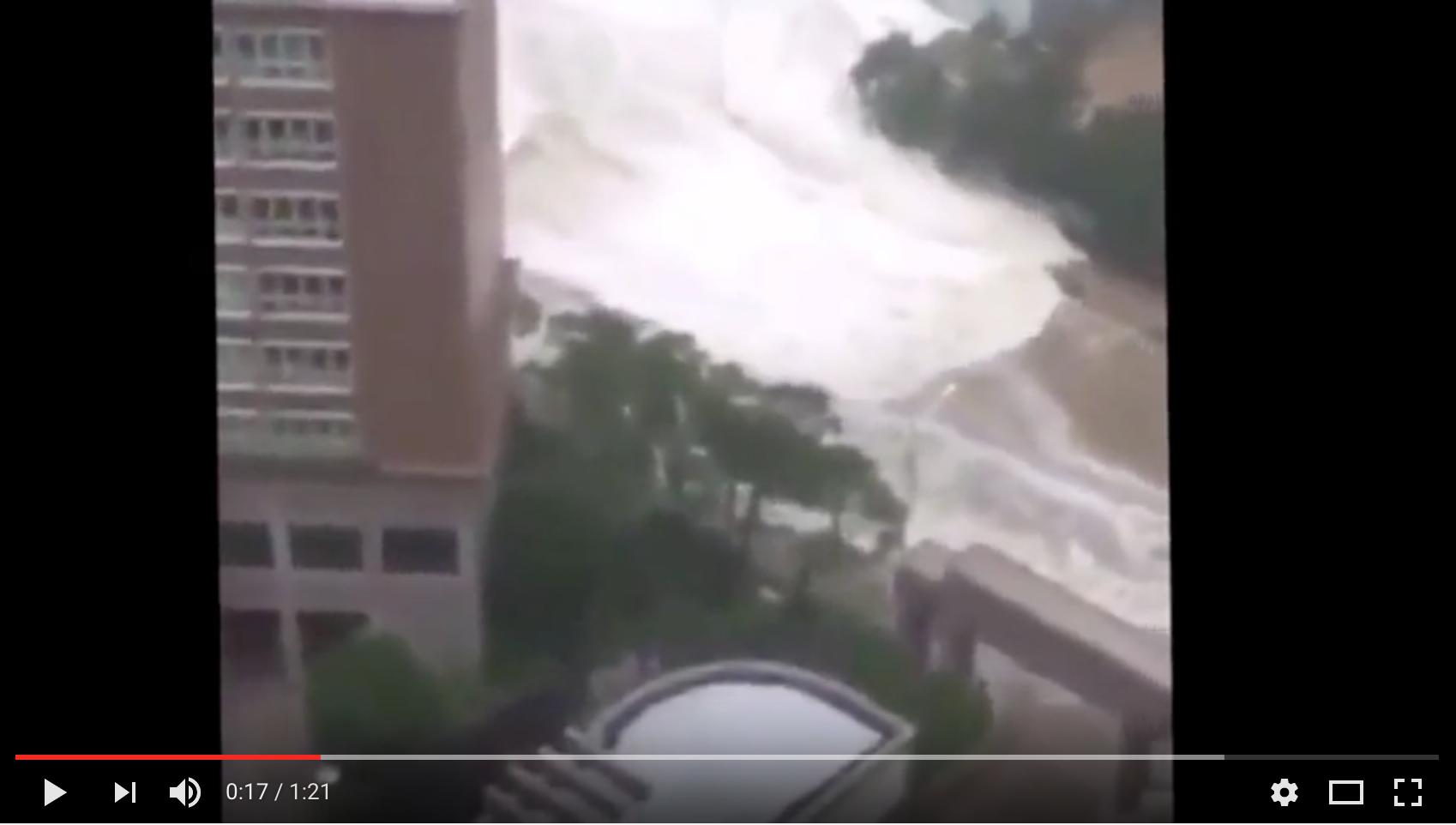 颱風芙蓉吹襲南韓,捲起大浪涌進街道,恍似海嘯。(YouTube截圖)