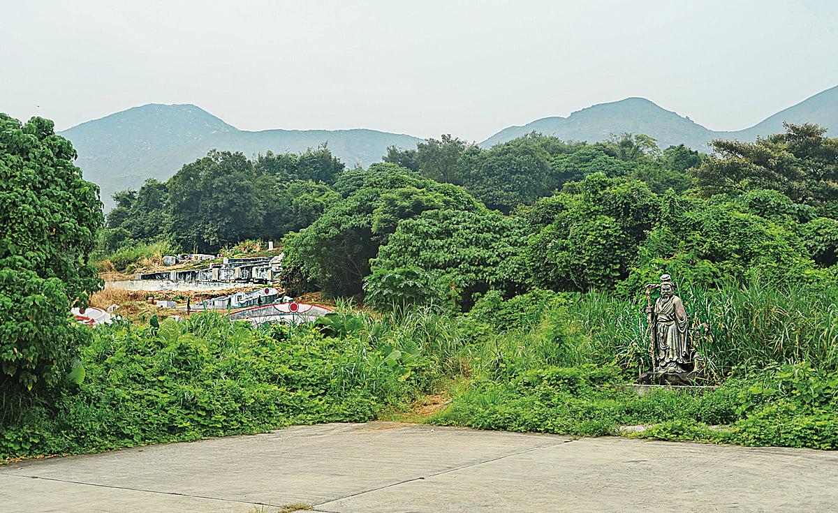 陶淵明塑像被擺放在墳墓旁邊,被村民批評不倫不類。