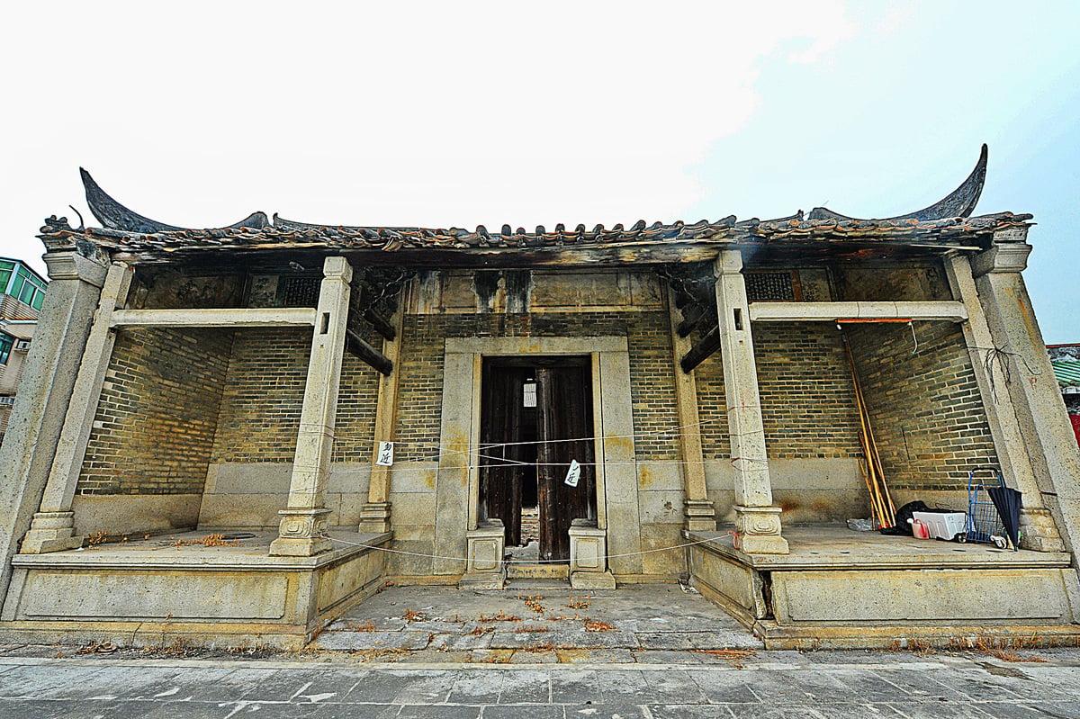 屯門陶氏宗祠建於1718年,1995年被評為一級歷史建築,頗具歷史價值。但日久失修,現已關閉。