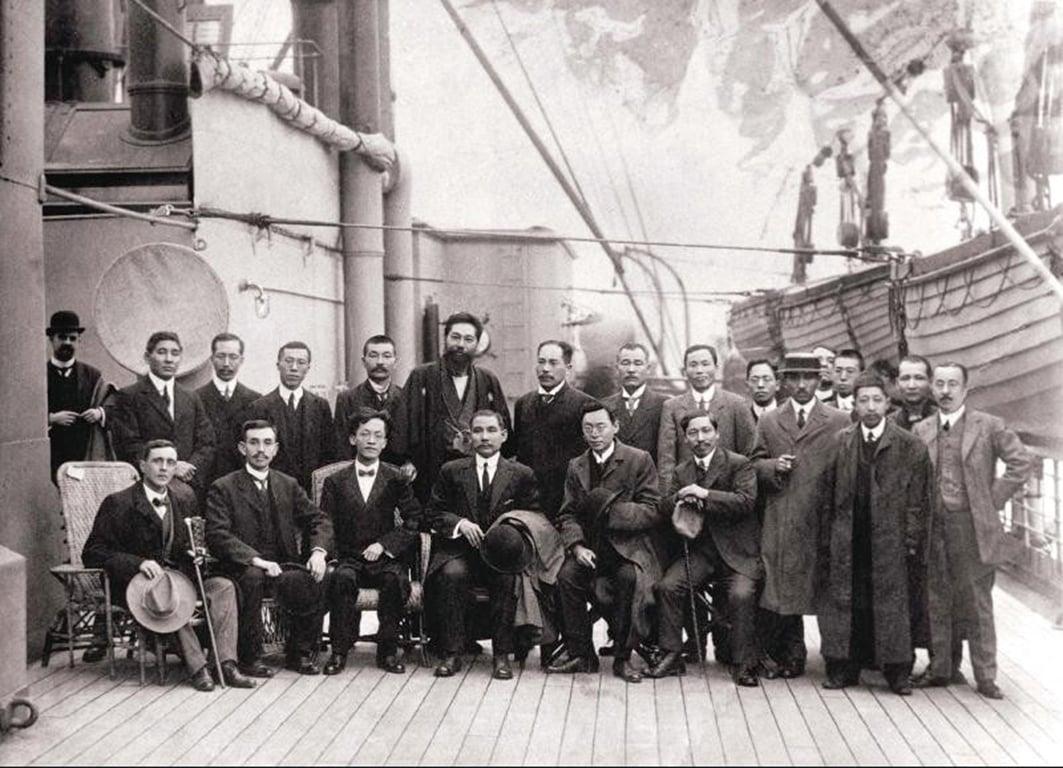 1911年12月21日,孫中山從海外回國時途經香港,與分別坐在其左右的胡漢民和陳少白等革命友人在船上合照。(網絡圖片-中國國民黨黨史館提供)。