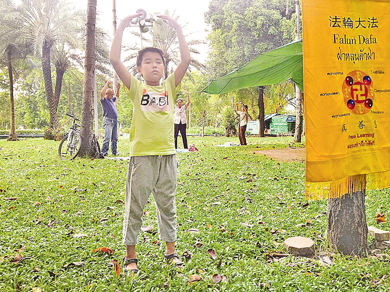 廣州市海珠區梁錦峰(小名新新), 今年九歲。從他三歲記事起,就因父 母被綁架,心靈遭受難以磨滅的創傷。