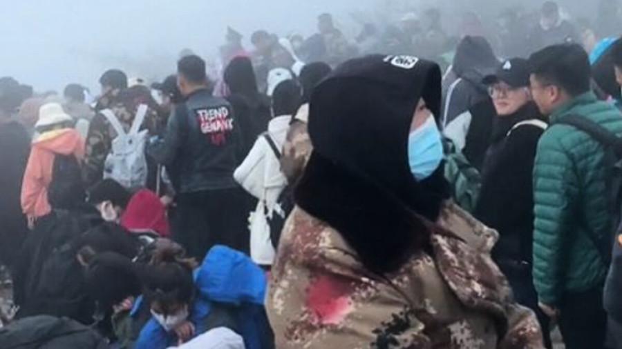 中國北方大降溫 泰山遊客躲衛生間保暖