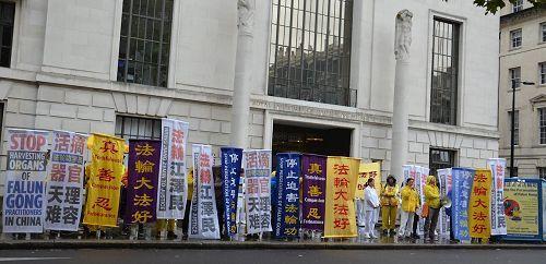 2016年10月1日,英國法輪功學員在倫敦中使館對面集會,呼籲制止迫害。