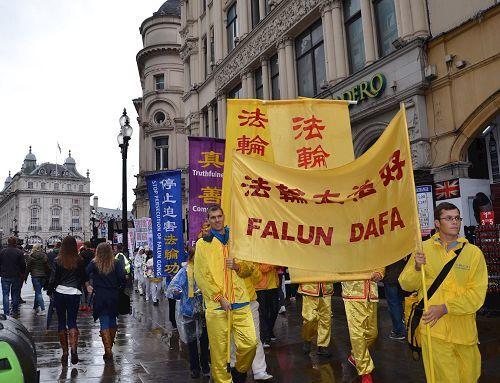 2016年10月1日,英國學員在倫敦繁華商業街和唐人街反迫害遊行,傳播法輪功的真相。