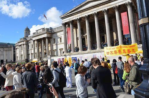 2016年10月1日下午,法輪功學員在特拉法加(Trafalgar Square)北平台舉行集體煉功和講真相活動,吸引眾人目光。