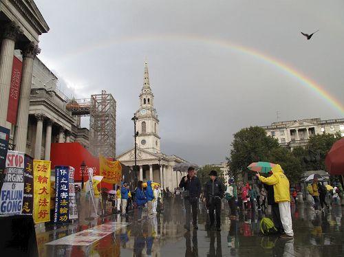 2016年10月1日下午,法輪功學員在特拉法加(Trafalgar Square)北平台舉行集體煉功和講真相活動時,天空中出現的彩虹。