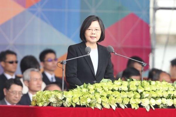 中華民國總統蔡英文(前)10月10日出席「中華民國中樞暨各界慶祝105年國慶大會」,並發表談話。(中央社)