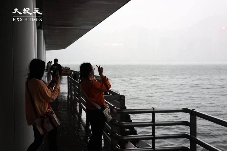 【組圖】風暴中的尖沙咀  市民在碼頭打卡、跑步(影片)