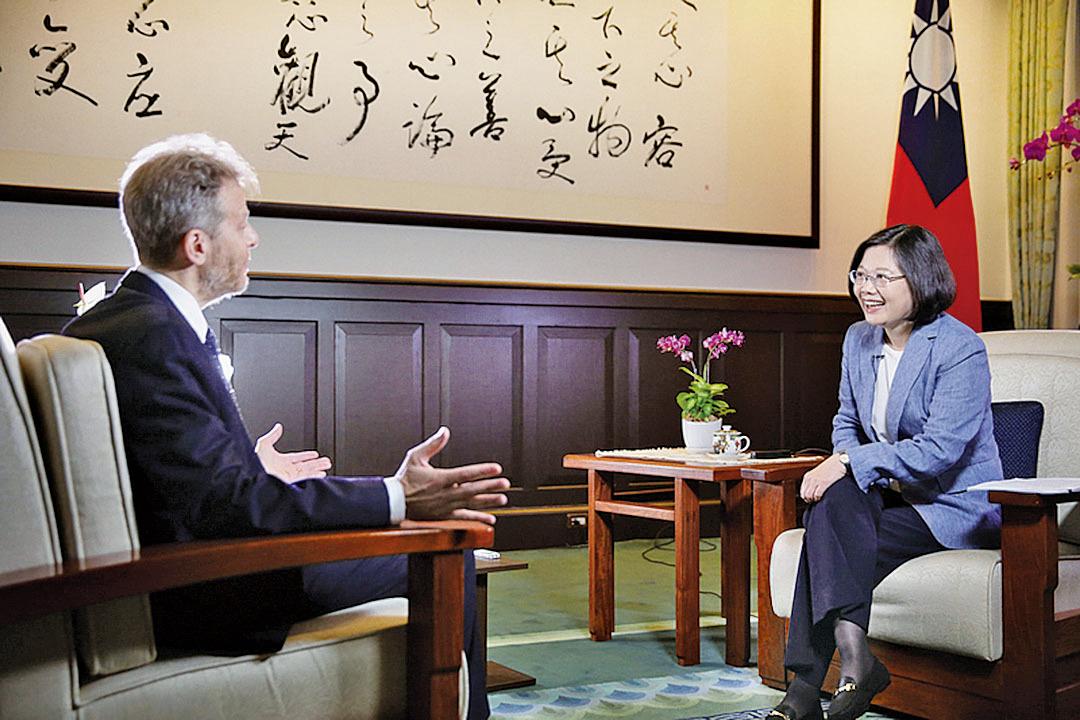 蔡英文早前接受《華爾街日報》訪問時,在兩岸關係上表明不會屈服在壓力之下,但也「不會走到對抗的老路上去」。(台灣總統府提供)