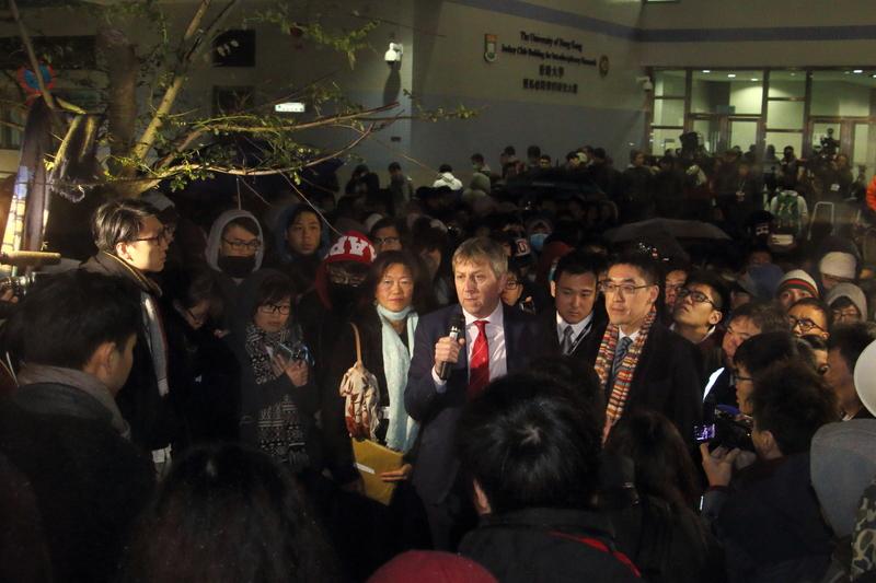 馬斐森譴責學生包圍校委 團體反駁指李國章最大責任