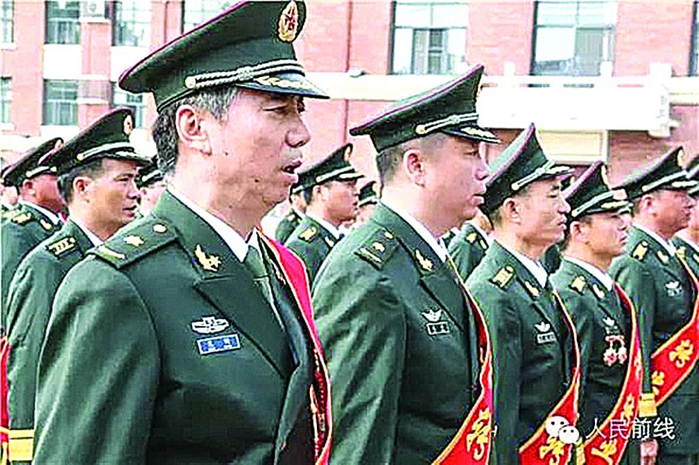 原南京軍區一級演員范明(前排左一)在東部戰區陸軍專業幹部退役儀式上。(網絡圖片)