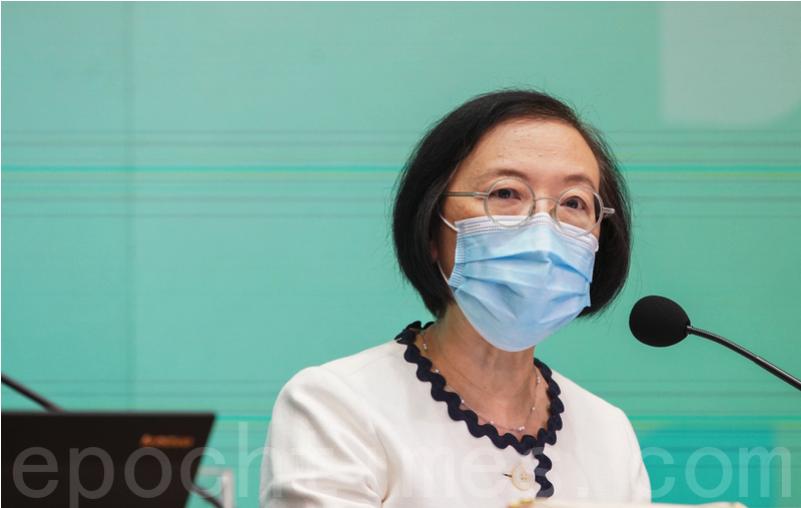 食衛局局長陳肇始今日(13日)在商台節目表示,當局研究「香港健康碼」將參考澳門模式,可能紀錄使用者的行蹤、接種疫苗及病毒核酸檢測紀錄。資料圖片。(余鋼/大紀元)