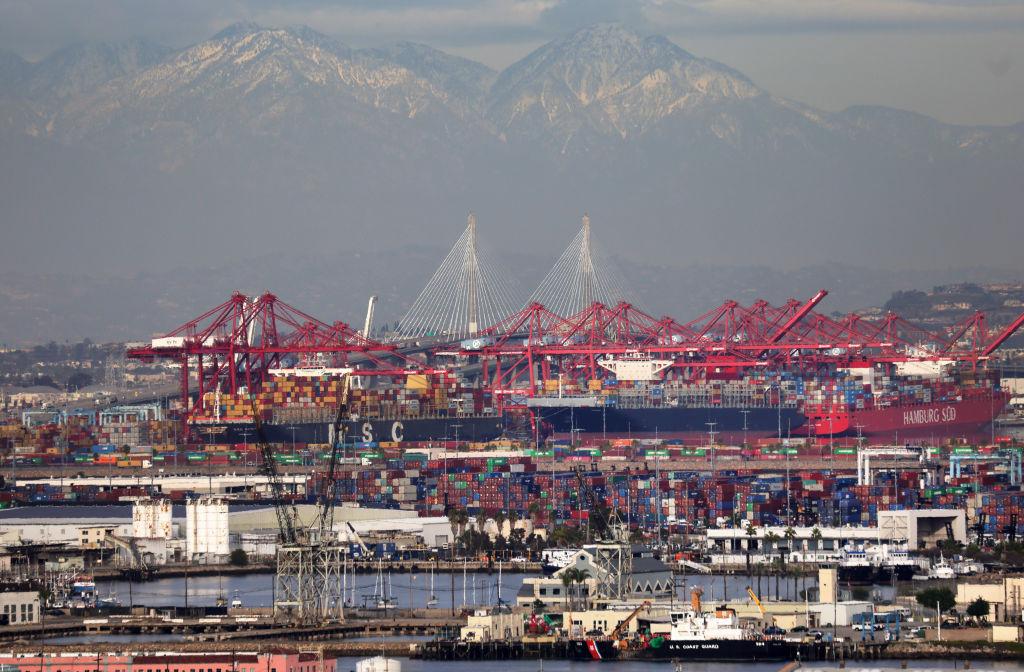 2021年2月1日,加州洛杉磯港的集裝箱貨輪和海運集裝箱,遠處可觀看到長灘港。(Mario Tama/Getty Images)