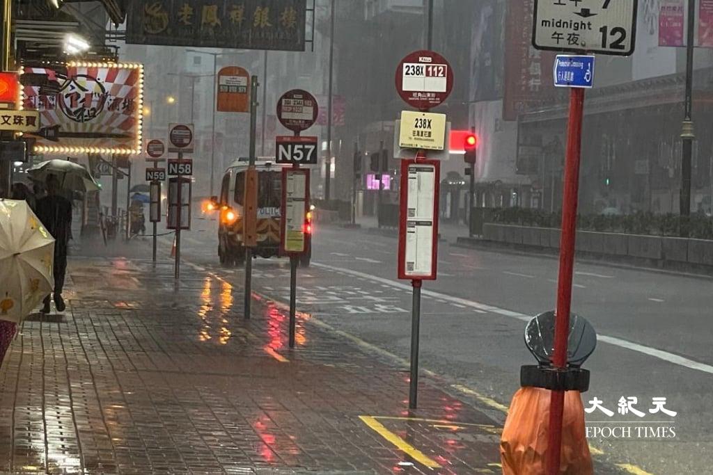 受熱帶氣旋「獅子山」影響,天文台8日一度發出黑色暴雨警告。(麥碧/大紀元)