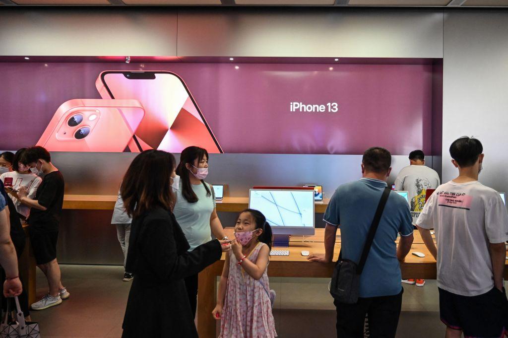 上海的一家蘋果店。攝於2021年10月5日。(HECTOR RETAMAL/AFP via Getty Images)