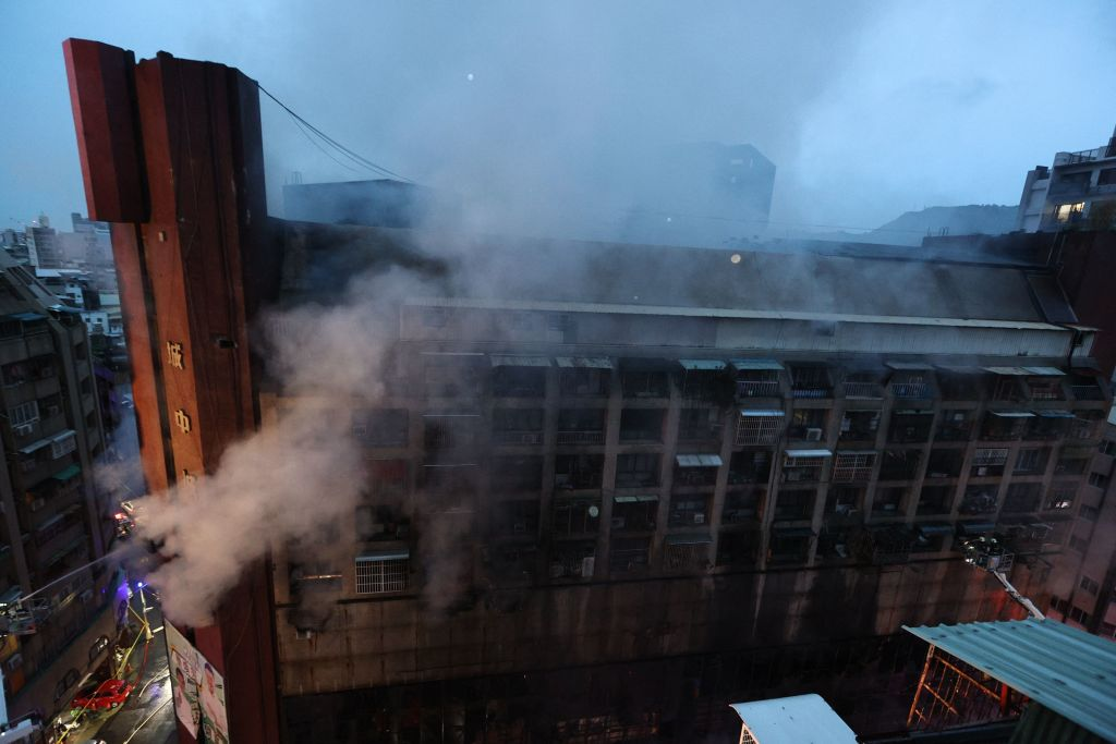 台灣高雄鹽埕區「城中城」大樓今天(10月14日)凌晨近3時發生火災,事故造成46人死亡,41人受傷。(JOHNSON LIU/AFP via Getty Images)