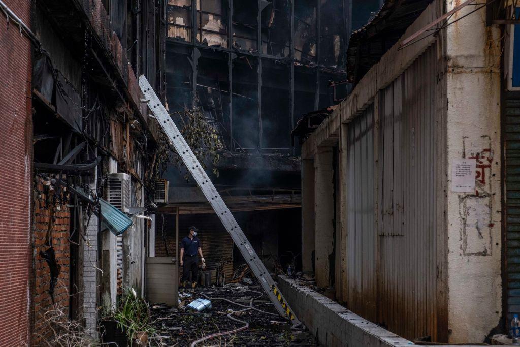 「城中城」大樓,有40年歷史,是棟地上13層、地下2層住商混合大樓,地下1樓及2樓未使用,地上1樓至5樓廢棄中,7樓至11樓約有120戶住戶。(Lam Yik Fei/Getty Images)