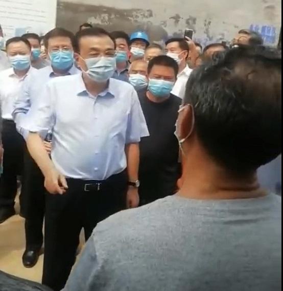 8月中旬,李克強總理在河南浚縣看望受災群衆。(受訪者提供)