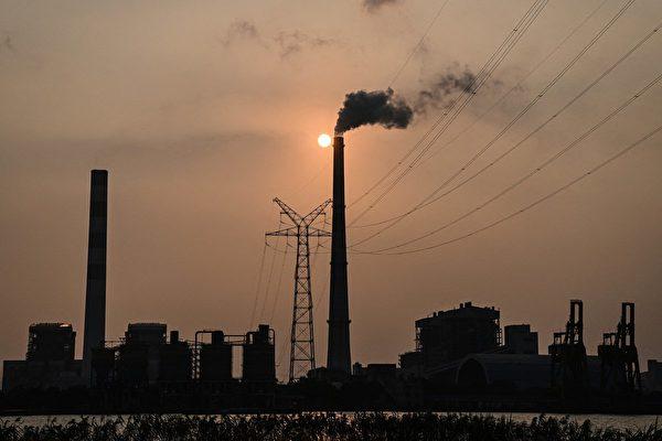 北京寬燃煤發電市場交易價的上下浮動範圍。專家認為,而煤電價格的上升會讓已經回落的生產活动進一步雪上加霜。圖為上海吳涇煤炭發電廠外貌。(HECTOR RETAMAL/AFP via Getty Images)