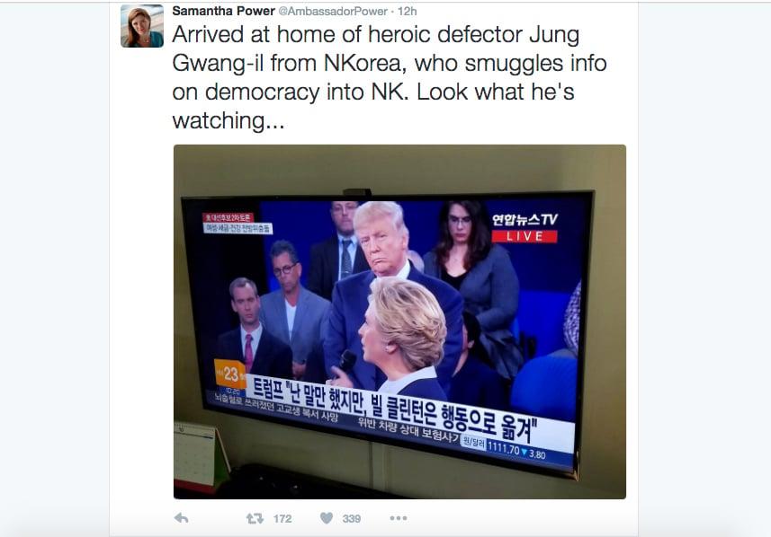 美國常駐聯合國大使薩曼莎・鮑爾到脫北者鄭光日的南韓家裏作客,鄭光日正在收看特朗普與希拉莉的第二場總統辯論會。(薩曼莎・鮑爾推特網頁)