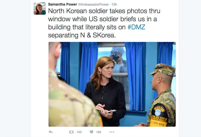 10月9日,美國常駐聯合國大使薩曼莎・鮑爾在朝韓邊界板門店會見美軍,北韓士兵隔窗向鮑爾偷拍。(薩曼莎・鮑爾推特網頁)