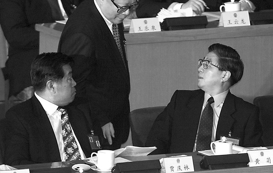 陸媒報道,中共前副總理黃菊骨灰已遷出八寶山公墓。圖為黃菊(右)。(法新社)