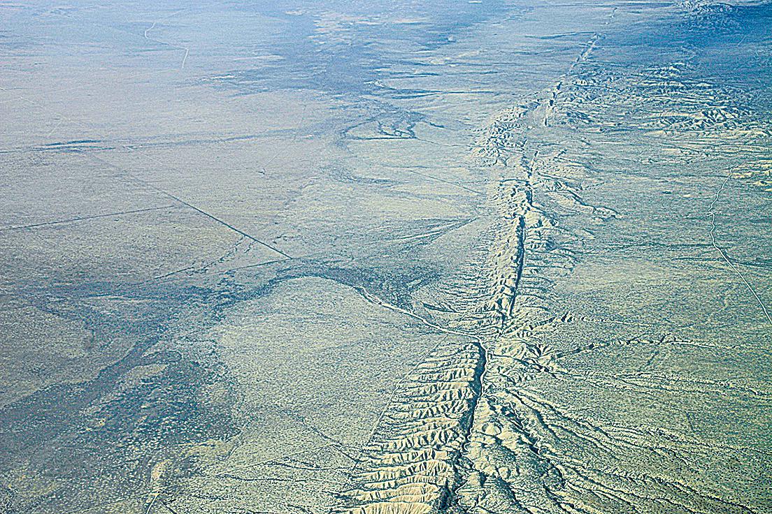 美國加利福尼亞州最危險的地質斷裂帶「聖安德烈斯斷層」附近發現一條新斷層。圖為聖安德烈斯斷層的鳥瞰圖。(維基百科)