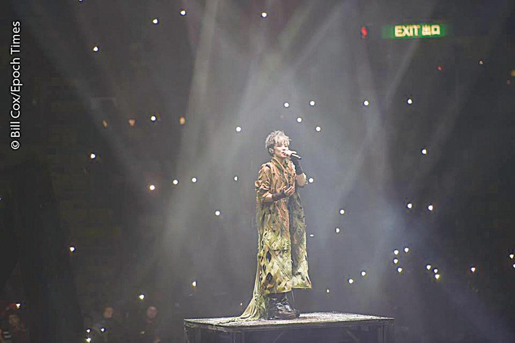 何韻詩呼籲入場人士響應環保不用螢光棒,歌迷用手機閃燈造成星海一片。(郭威利╱大紀元)