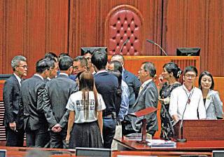 非建制派議員圍到台前,質詢立法會秘書長陳維安拒絕接納3 名議員宣誓的理據。(潘在殊/大紀元)