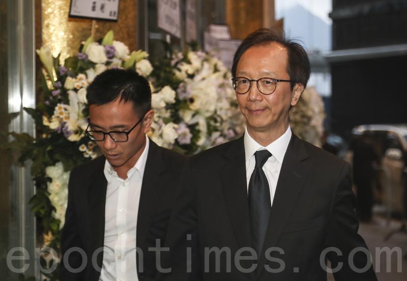 前財政司司長梁錦松(右)。 (攝影:余鋼/大紀元)