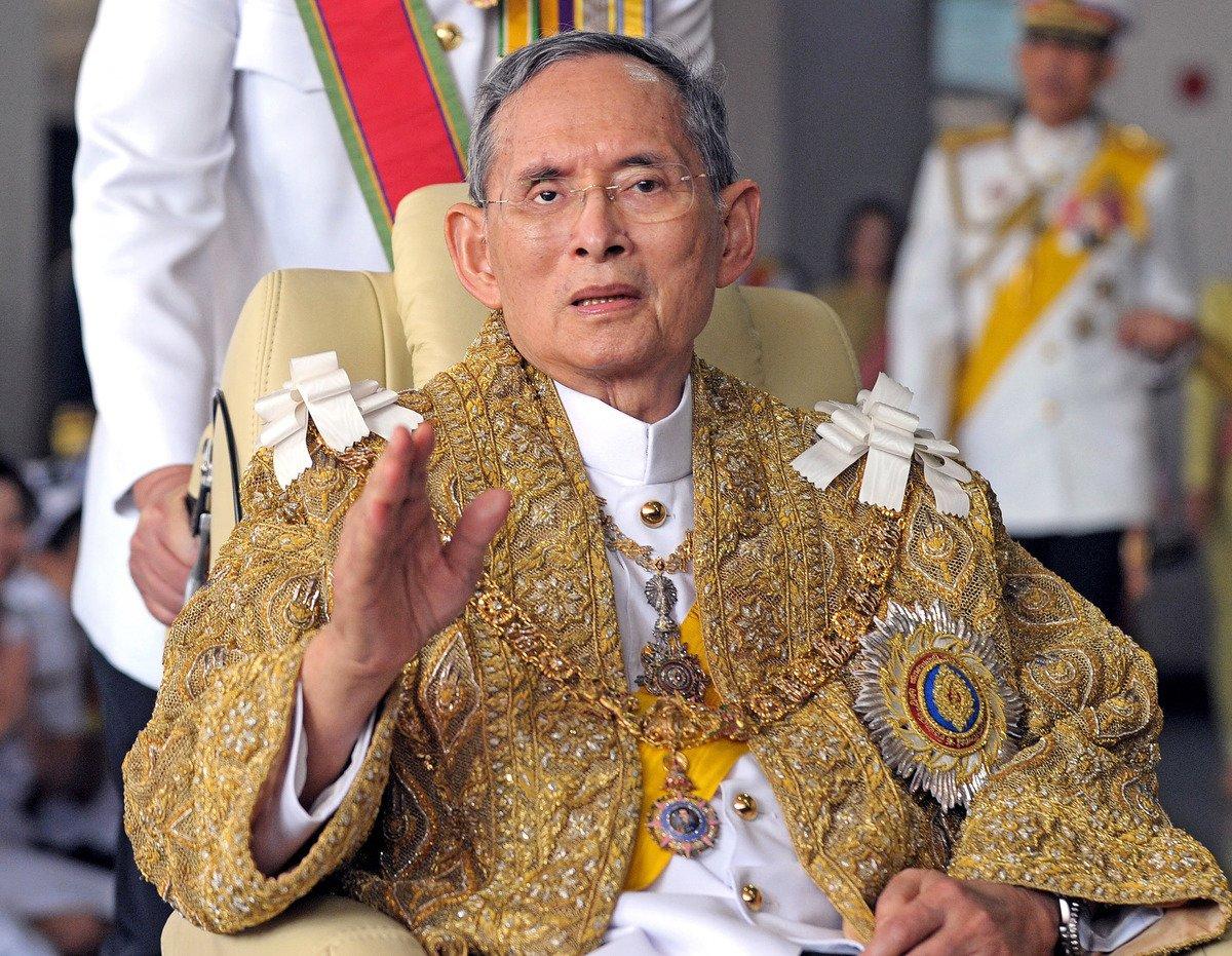 泰王普密蓬香港時間昨日下午4時52分離世,泰國王室至晚上才對外公佈消息。(Getty Images)