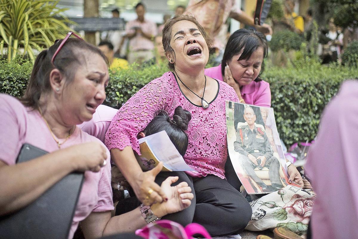 普密蓬一直深受泰國民眾愛戴,有泰國人得知國王去世後,神情哀痛。(Getty Images)