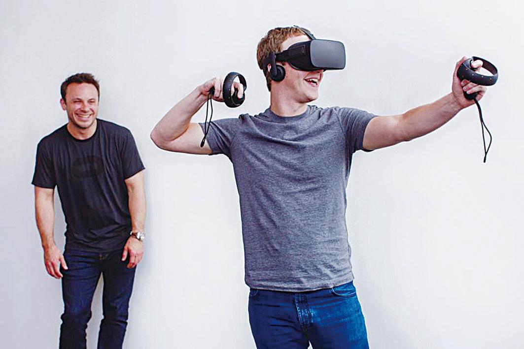 朱克伯格演示使用VR產品。(網絡圖片)