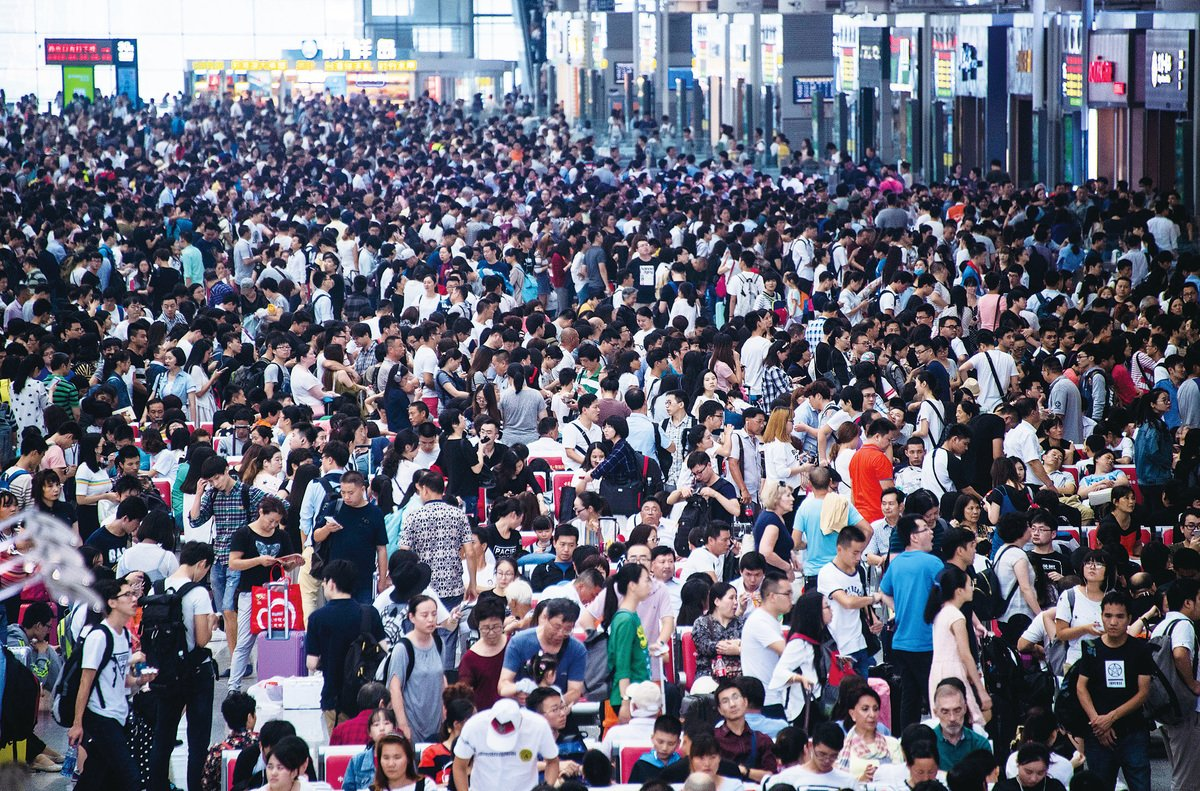 今年十一黃金周,上海虹橋火車站的人潮。(Getty Images)