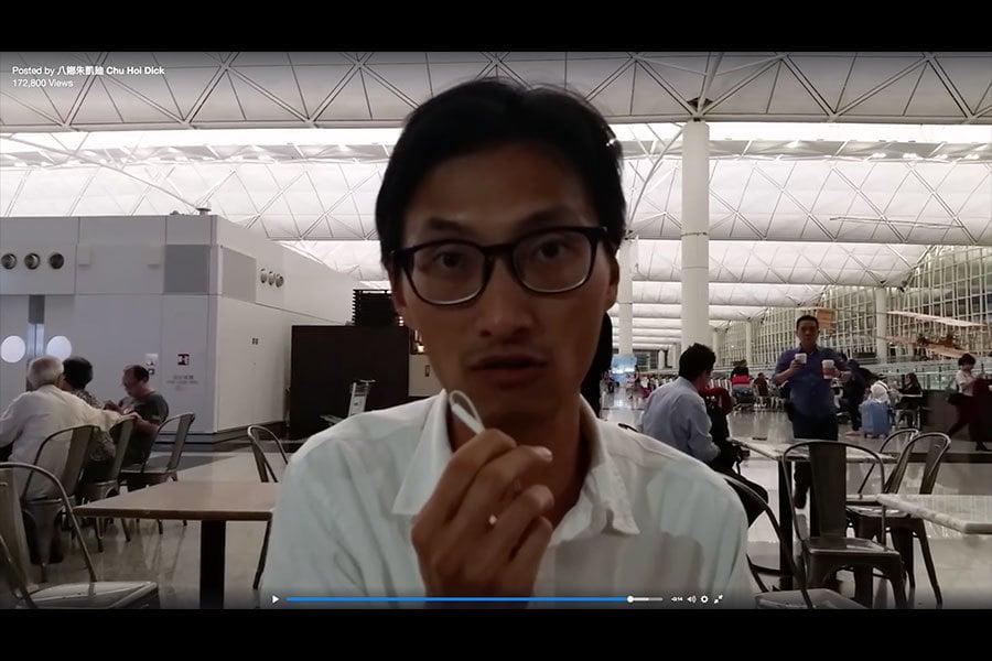 朱凱廸在昨晚(16日)啟程前往英國倫敦,計劃到當地官方機關調查梁君彥退出英籍事宜。圖為朱凱廸昨晚(16日)在香港國際機場向公眾發佈的錄影片段。(朱凱廸Facebook視像擷圖)