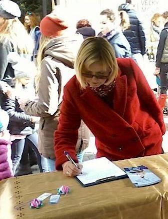 當地民眾在簽名支持法輪功反迫害