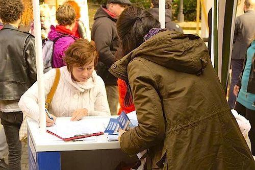 民眾在廟會上簽名支持法輪功學員