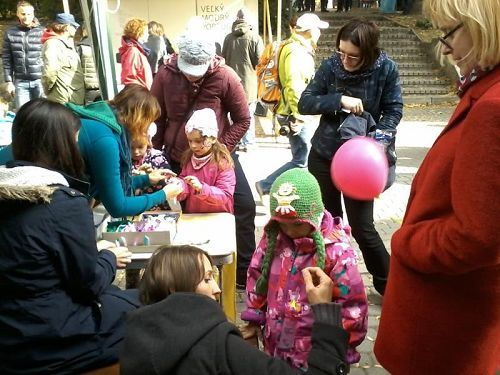 學員們在教孩子們摺疊紙蓮花