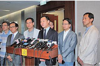 非建制派27名議員傍晚約見立法會主席梁君彥,譴責特首梁振英及律政司嚴重破壞三權分立。(蔡雯文/大紀元)