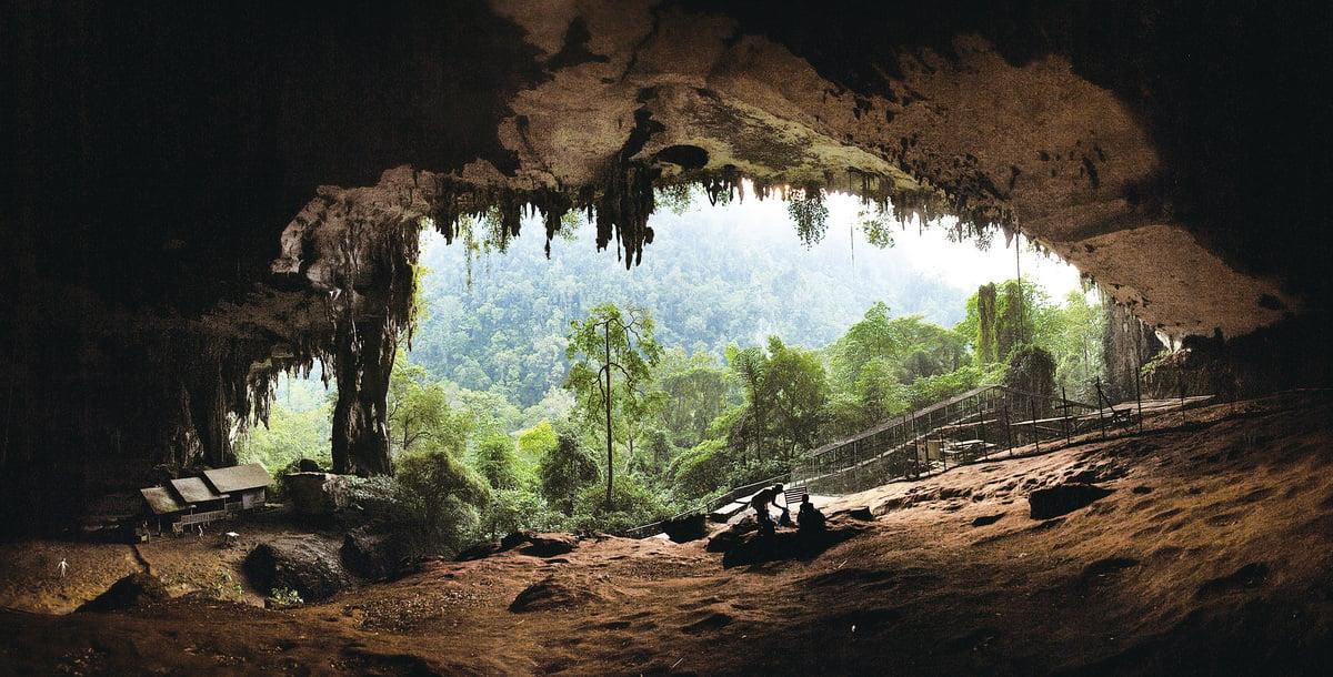 地下洞穴,是否就是地下世界傳說的起源?(維基百科)